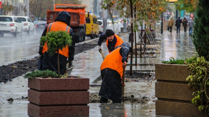 Опять сорвали сроки: рабочие не успели уложить тротуарную плитку на Садовой