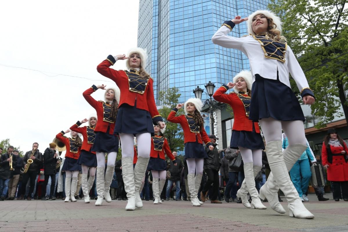 Девушки в ярких костюмах возглавили стрит-парад