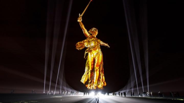 «Родина-мать» в Свете Победы: V1.ru публикует видео грандиозного шоу