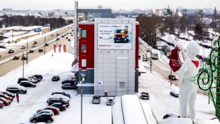Эй, вы там, наверху! Откуда на крыше в центре Ярославля взялся пионер