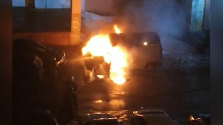 Ночной пожар: в Самаре на Революционной сгорел микроавтобус