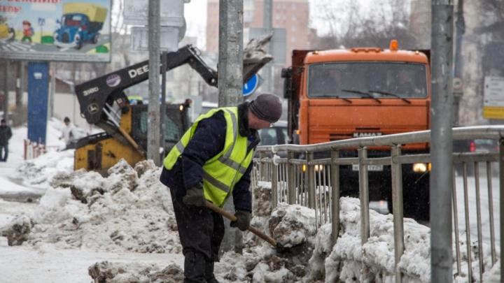 В Архангельске 31 снегоуборочная машина разгребает последствия снегопада