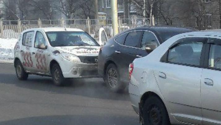 Машина такси «Тройка» влетела в чёрную иномарку на светофоре