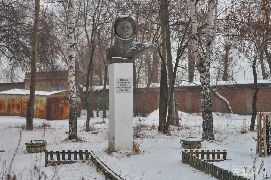 Странно, что памятник космонавту стоит именно здесь