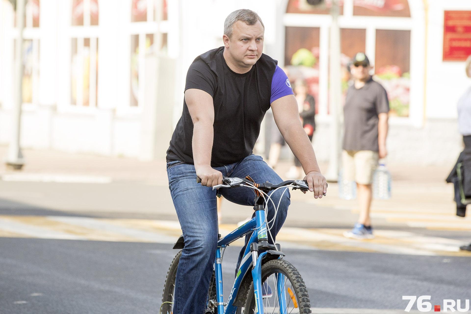 Михиаил Кузнецов работает даже на велосипеде