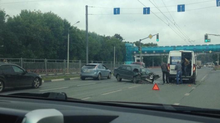 ВАЗ влетел в минивэн: Московский проспект встал в пробку