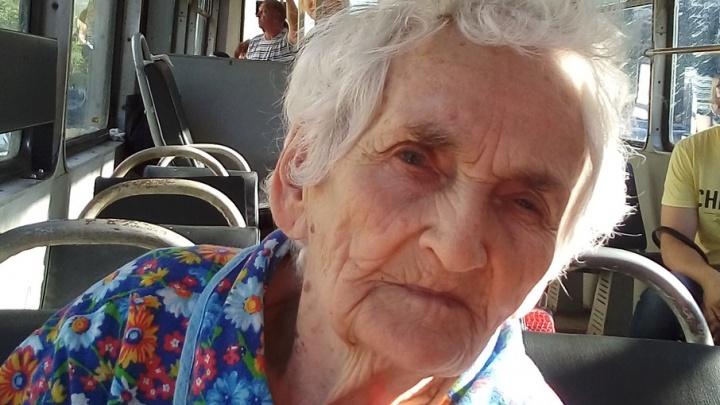 Пассажиры трамвая в Челябинске пришли на помощь старушке, потерявшей память