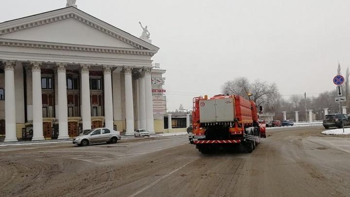 Лед на дорогах Волгограда начали топить бишофитом