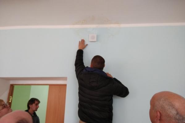 На потолке и стенах появились подтеки из-за некачественного ремонта кровли