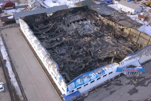 В результате пожара крыша здания обрушилась