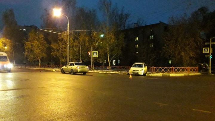 На перекрестке в Ярославле иномарка улетела задом в забор
