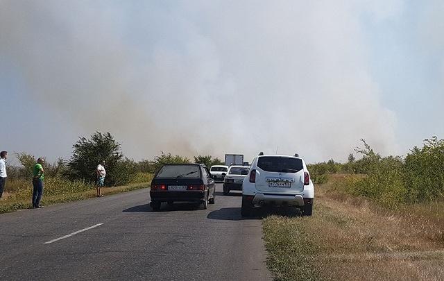 Из-за крупного пожара перекрыли участок дороги в Котовском районе
