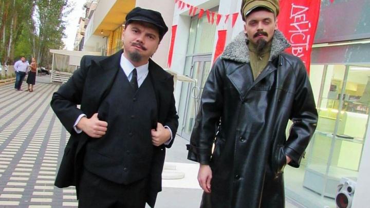 В центре Волгограда Ленин и Дзержинский призывали к культурной революции