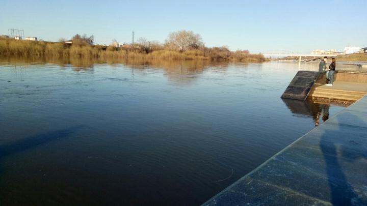 Тюменская набережная начала уходить под воду: затоплен нижний ярус