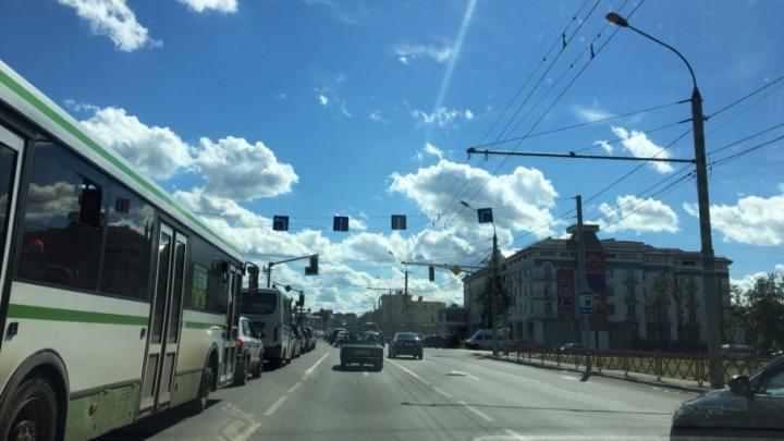 Московский проспект встал в пробку из-за выключенного светофора