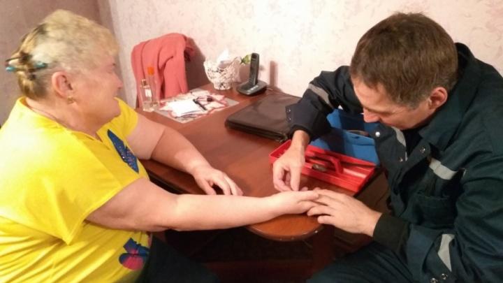 Хотела примерить: спасатели пришли на помощь тюменке, которая «застряла» в кольце