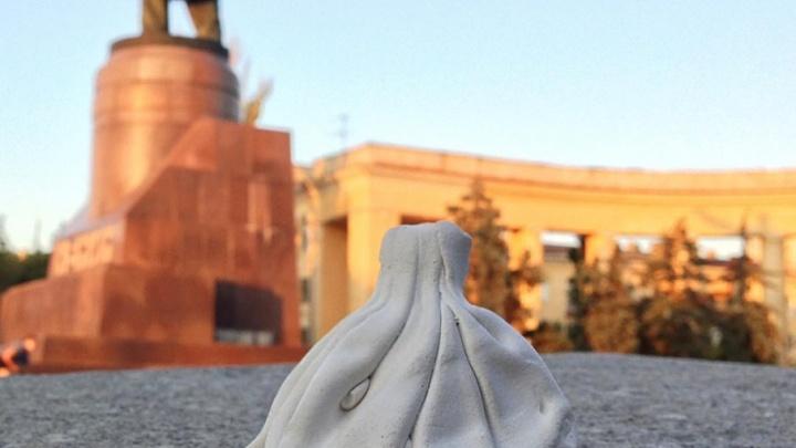 Голодные волгоградцы украли памятник хинкали с площади Ленина