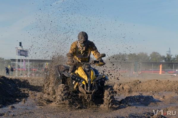 Гонщики устроили экстремальное дефле по песку и грязи