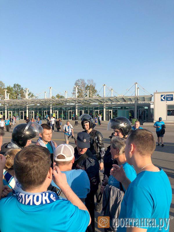 Перед последней игрой полиция уже начала проверять посетителей стадиона на трезвость