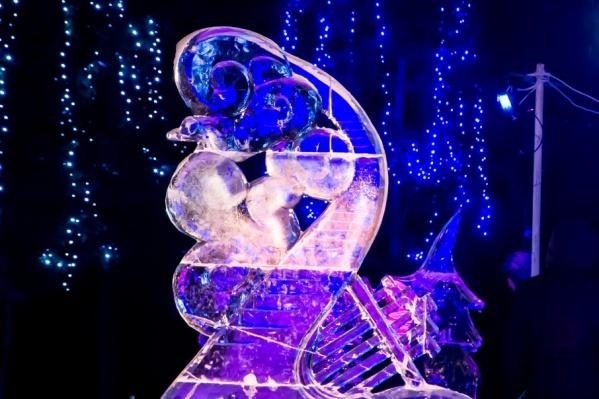 Ледовые скульптуры появляются каждый год у администрации города и на набережной у площади Мира