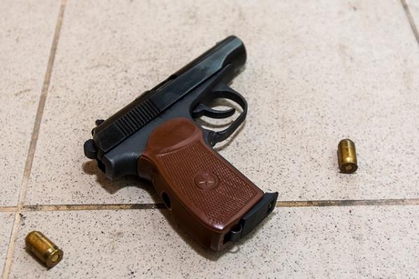 Мужчина незаконно хранил оружие и боеприпасы в своей квартире в Шахтах