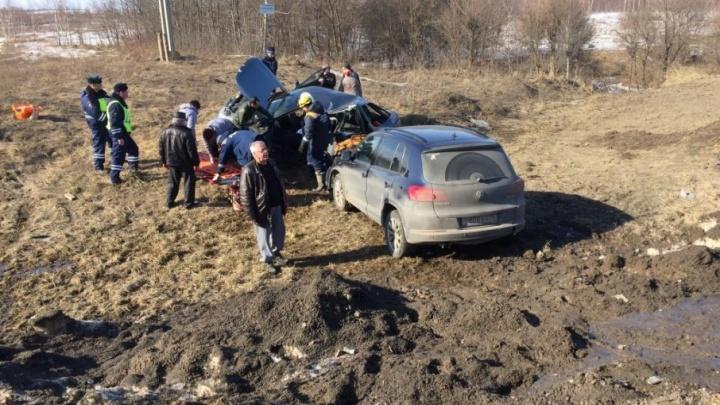 На трассе М-8 «Фольксваген» раздавил «двенашку»: пострадал водитель