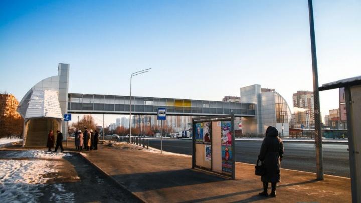 Падаем и застреваем в лифтах: тюменцы вторую зиму жалуются на опасный надземный переход на Широтной