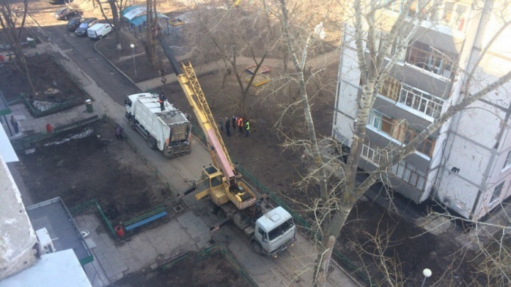 «Да там пропасть!»: в Тольятти мусоровоз провалился под асфальт