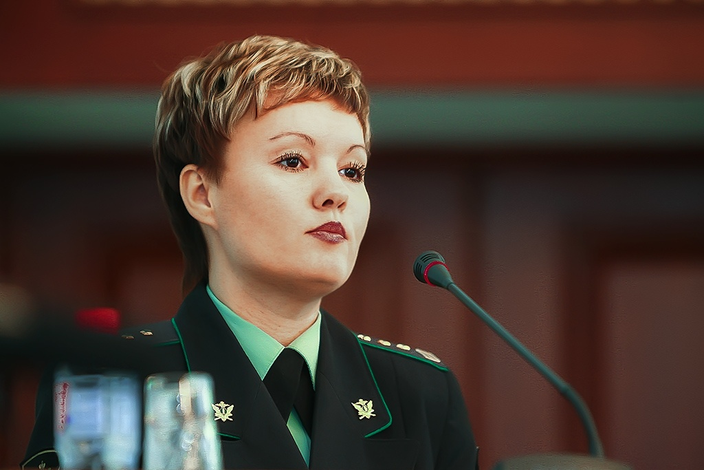 Свидетельство вручила главный судебный пристав региона Альбина Сухорукова