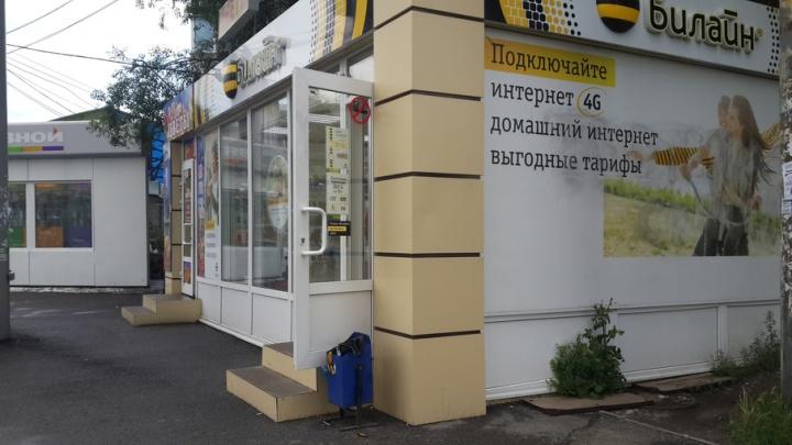 Челябинцу, укравшему мобильные через дыру в стене салона на «Авроре», огласили приговор