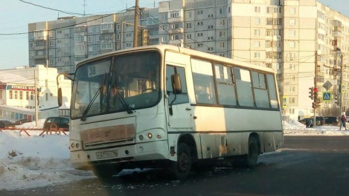 Потерял колесо: в Ярославле маршрутка угодила в ДТП