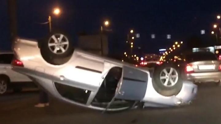 Не поделил дорогу: около ТРК «Алмаз» автомобиль лёг на крышу