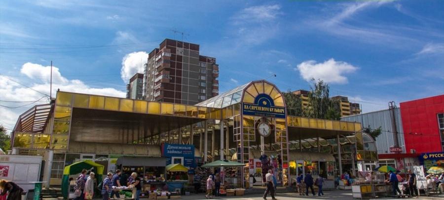 """На месте крытого рыночка с часами (сейчас он уже снесён) собираются <a href=""""http://www.e1.ru/news/spool/news_id-474350.html"""" target=""""_blank"""">строить третью очередь Кировского.</a>"""
