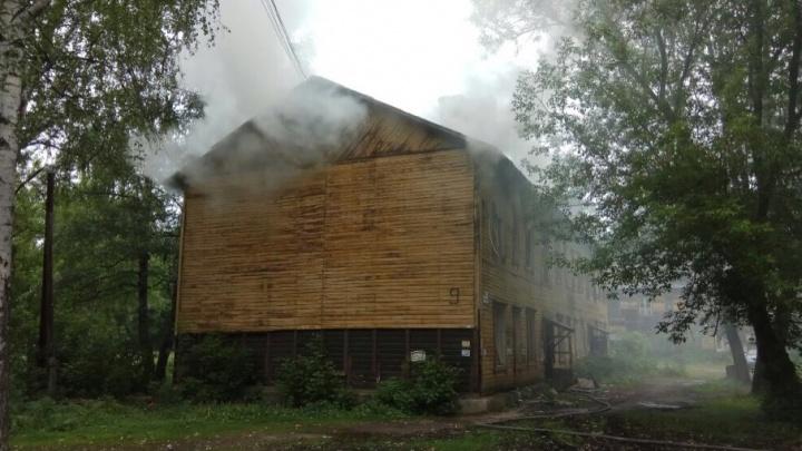 Они ещё жилые: в Ярославле загорелись бараки на Пятёрке