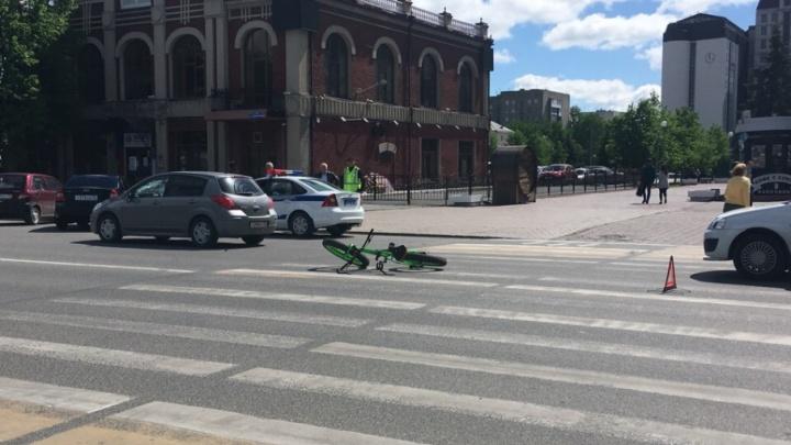 Мужчина разбил собой лобовое стекло: в центре Тюмени сбили велосипедиста