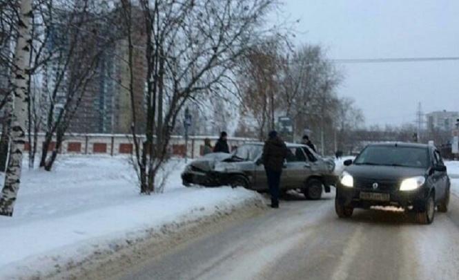 В Перми водитель и пассажир «Лады» пострадали в аварии с фургоном