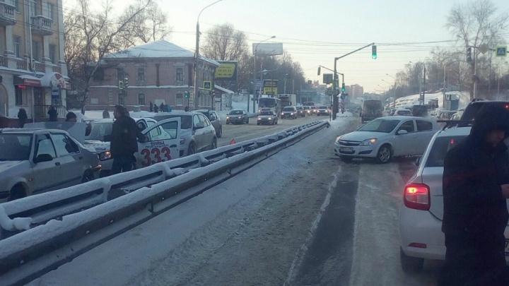 Из-за аварии с такси «Тройка» в Ярославле образовался затор на крупном проспекте
