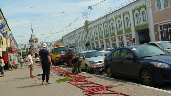 В зоне ЮНЕСКО в Ярославле начали сносить решетки у дорог