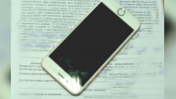 Приставы арестовали шестой айфон у девушки, вертевшей его в руках