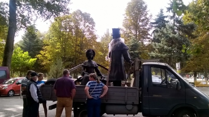 Другой Пушкин: в Батайск доставили новый памятник поэту взамен старого