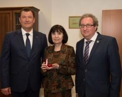 Нелли Алекперова получила нагрудный знак от пермского омбудсмена