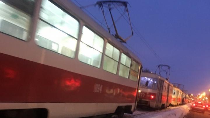 Перекрыл пути: в Самаре на XXII Партсъезда из-за автобуса встали трамваи