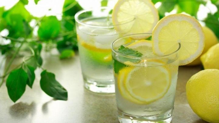 Окрошка, нежирное мясо и вода с лимоном: специалист по питанию рассказала, что есть и пить летом