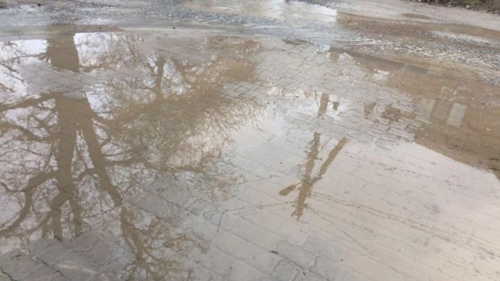 Ворошиловский топит: коммунальщики второй день не могут починить прорванный водопровод