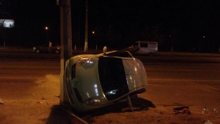В Волгограде NissanMicra лег на бок после удара о фонарный столб