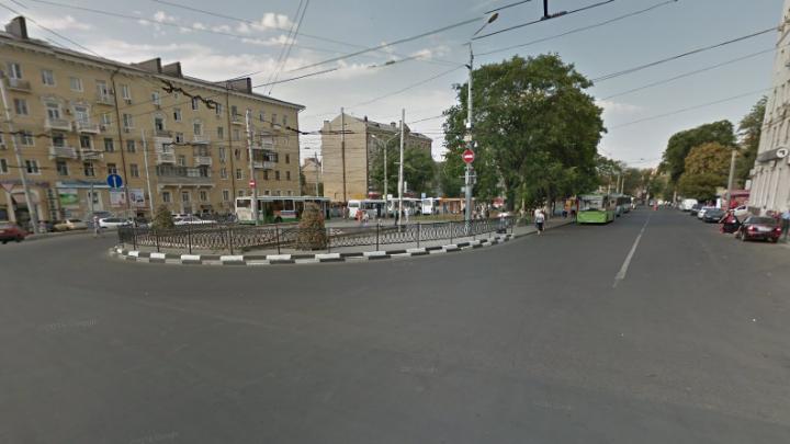В Ростове разыскивают грабителя, отобравшего у прохожего деньги и телефон