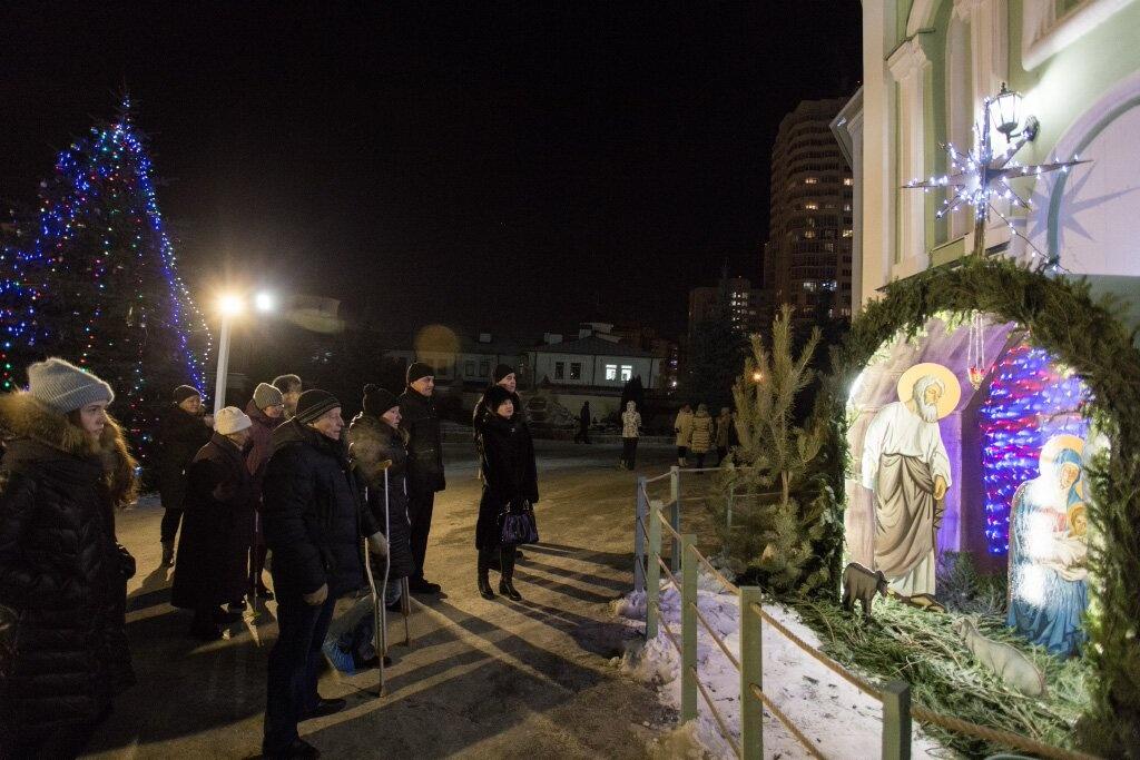 Во дворе собора установили рождественский вертеп и украсили красавицу-ёлку