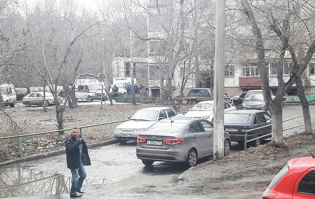 Пятиэтажку в Челябинске оцепили полиция и МЧС