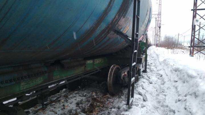 В Пермском районе сошли с рельсов 19 вагонов, груженых газовыми цистернами