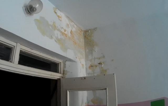 Два этажа копейской школы затопило из-за протекающей крыши
